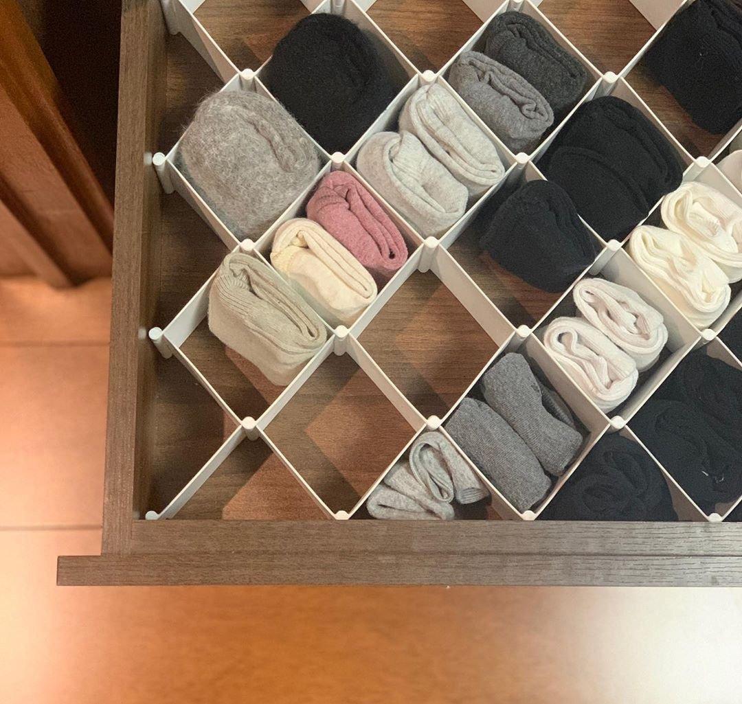 Достаточно положить в выдвижной ящик комода разделитель и поиски одинаковых носок прекратятся. Предварительно компонуйте одинаковые носки в один – смотрится аккуратно.
