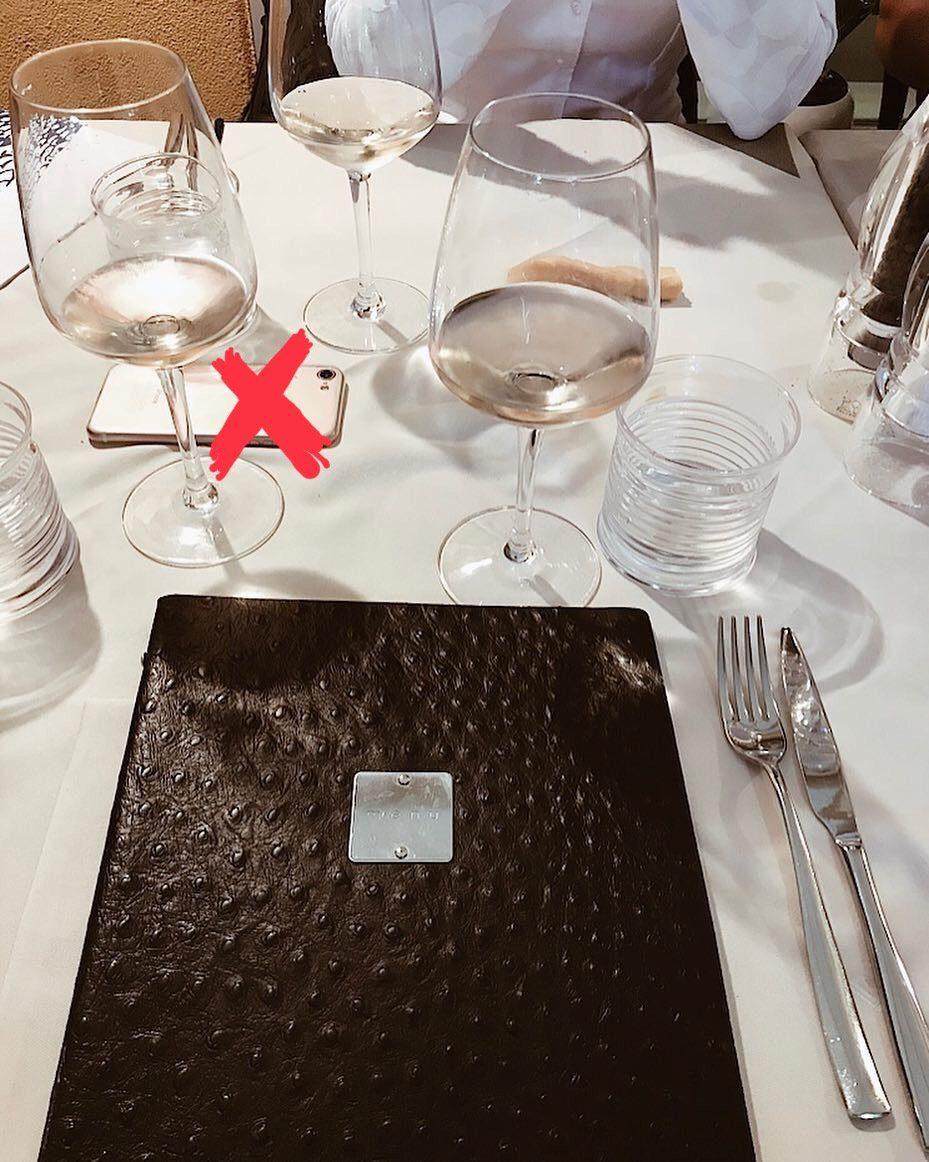 По правилам этикета, категорически нельзя класть на стол: сумки, кошельки, телефоны, аксессуары и другие личные вещи. Ничего лишнего быть на столе не должно.