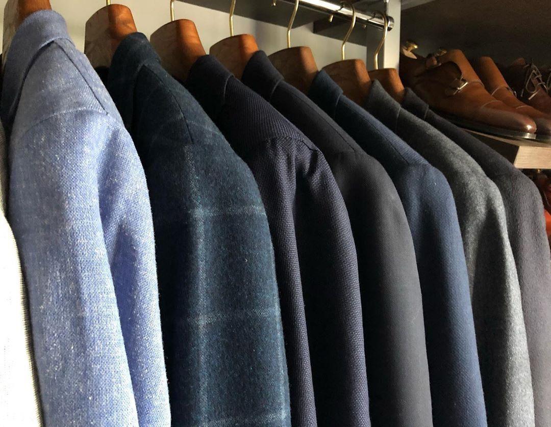 Деревянные плечики – отличаются от других, своей прочностью и натуральным материалом. Изготавливаются плечики, из массива дерева и выдерживают тяжелую верхнюю одежду. Обратите внимание, на отсутствие заусенцев, они могут оставлять затяжки на Вашей одежде.