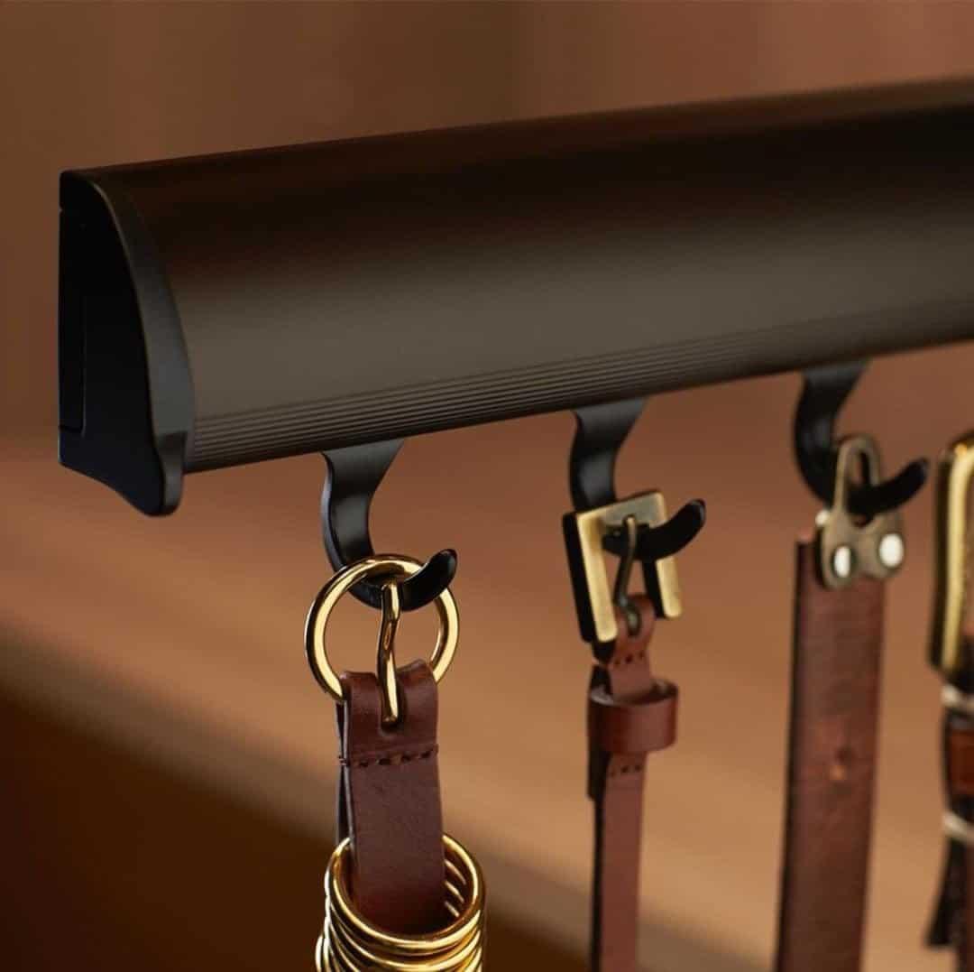Выдвижная многофункциональная вешалка – устанавливается в гардеробной, на внутреннюю стенку шкафа. Подходит для хранения: ремней, легких сумок, галстуков, украшений.
