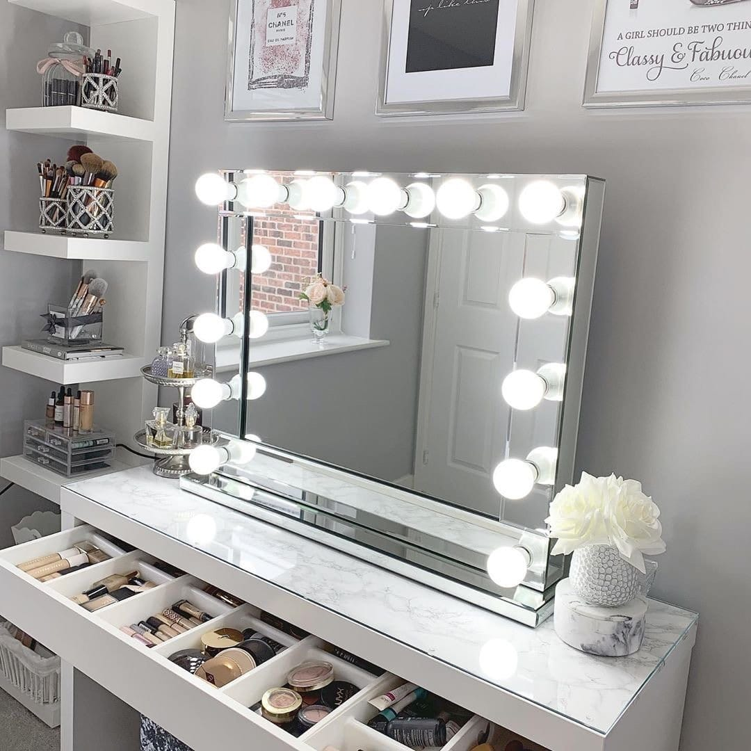 В наше время не обязательно перекрывать окно туалетным столиком, чтобы добиться естественного освещения, при нанесении макияжа. К тому же Вы не всегда будите наносить макияж в дневное время суток. Совершенным освещением при нанесении косметики является нейтральный белый свет. Добиться данного освещения помогут светодиодные лампы, они не нагреваются и экономично расходуют электроэнергию.